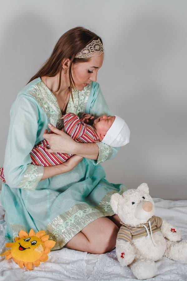 Jong mamma die een pasgeboren baby op haar handen houden royalty-vrije stock foto