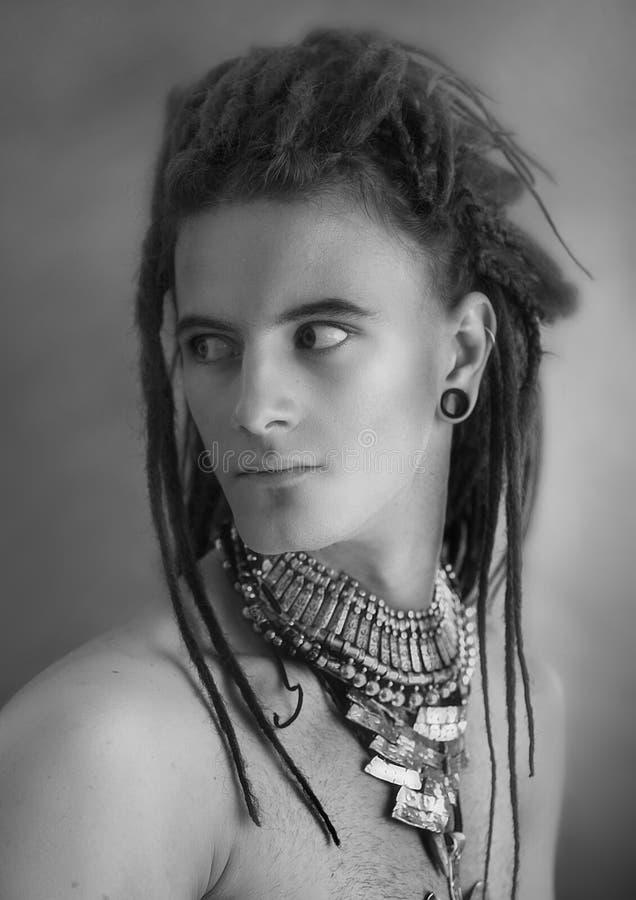 Jong man portret Modieuze knappe sexy Kerel met Dreadlocks royalty-vrije stock foto's