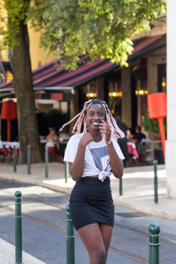 Jong maniermeisje op de straat Europese stad royalty-vrije stock afbeelding