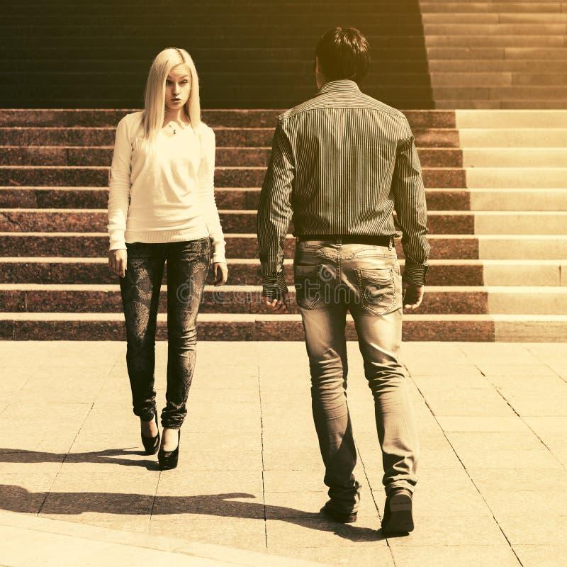 Jong manierpaar die op stadsstraat flirten royalty-vrije stock afbeelding