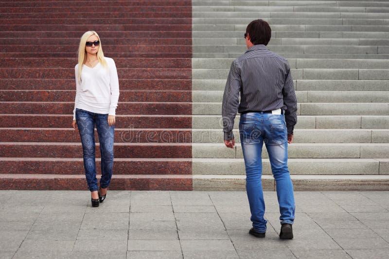 Jong manierpaar die op stadsstraat flirten royalty-vrije stock afbeeldingen