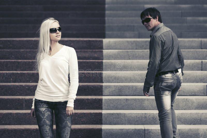 Jong manierpaar die in stadsstraat flirten stock foto