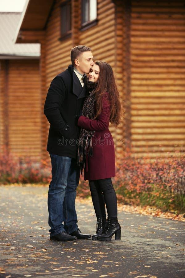 Jong manierpaar in liefde openlucht lopen stock afbeeldingen