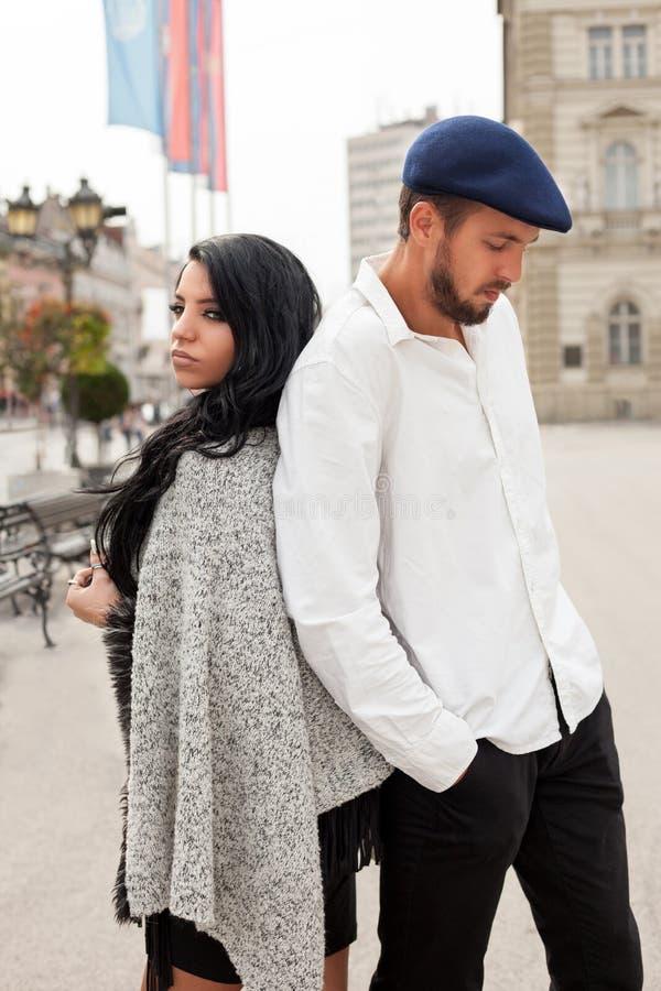 Jong manierpaar op de straat stock foto's