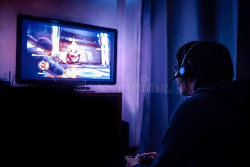 Jong mannelijk gamer het spelen videospelletje thuis stock foto's