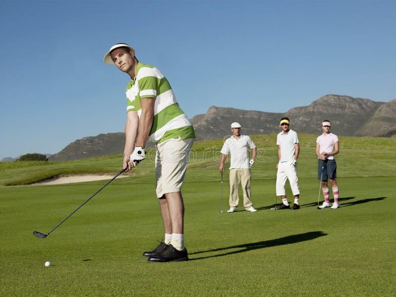 Jong Mannelijk Golfspeler Speelgolf royalty-vrije stock foto