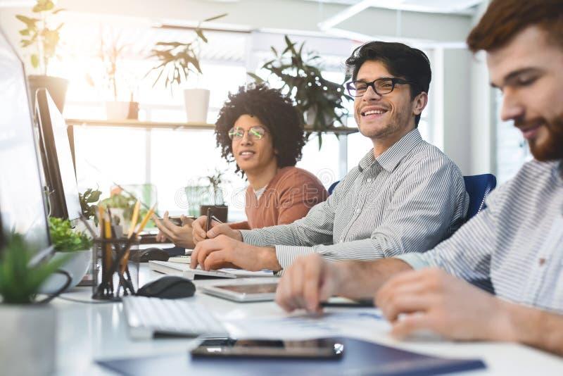 Jong mannelijk team die bij IT werken die bedrijf ontwikkelen stock afbeelding