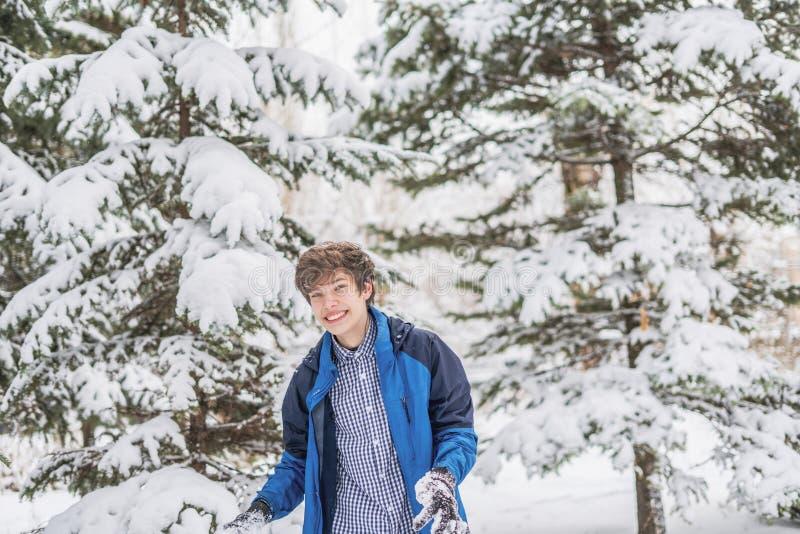 Jong mannelijk tienerportret op het bospark tijdens wintertijd F royalty-vrije stock fotografie