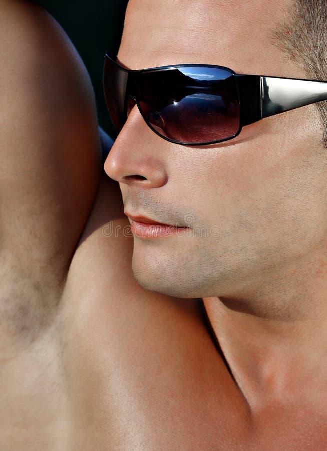 Jong mannetje met zonnebril royalty-vrije stock afbeeldingen