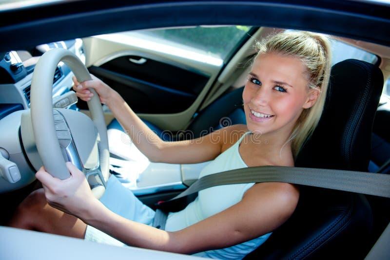 Jong meisje in auto royalty-vrije stock foto's