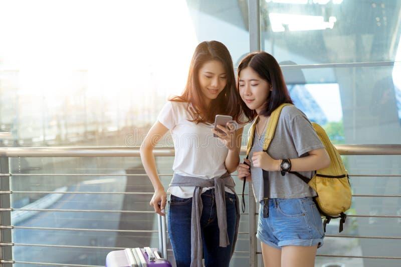 Jong meisje Aziaat die samen mobiele smartphone gebruiken royalty-vrije stock foto