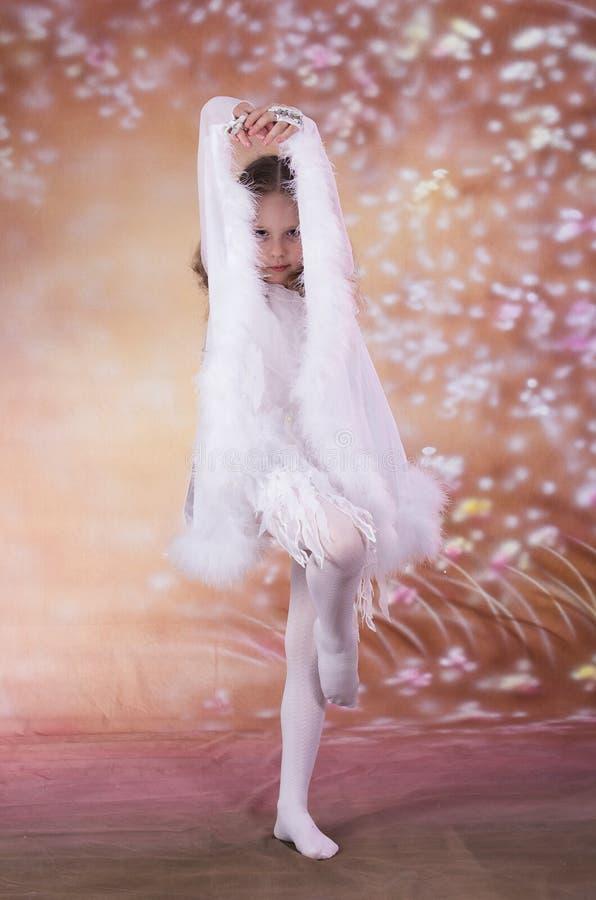 Jong meisje in ballet lange witte kleding royalty-vrije stock foto