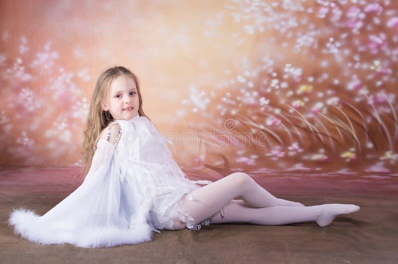Jong meisje in ballet lange witte kleding stock foto's