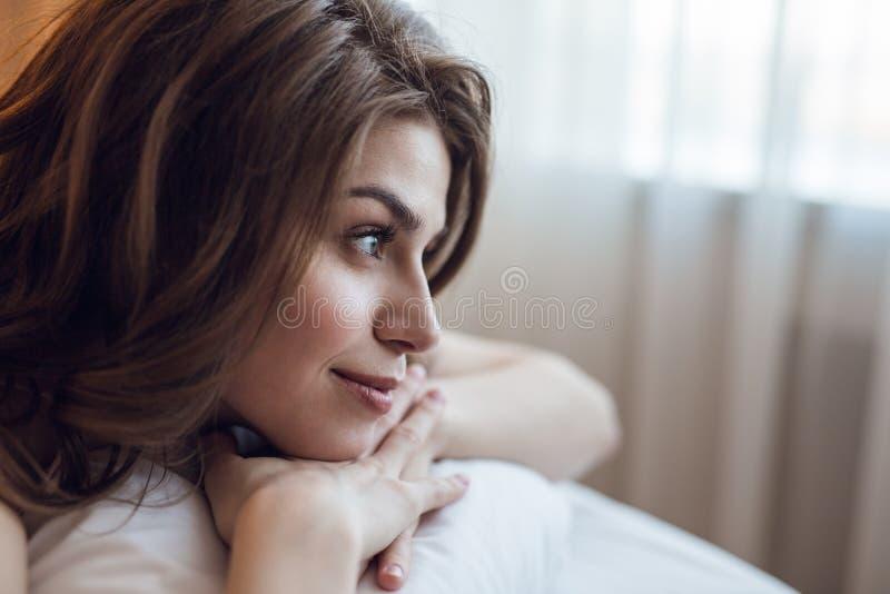 Jong meisje in bed in de ochtend stock foto's