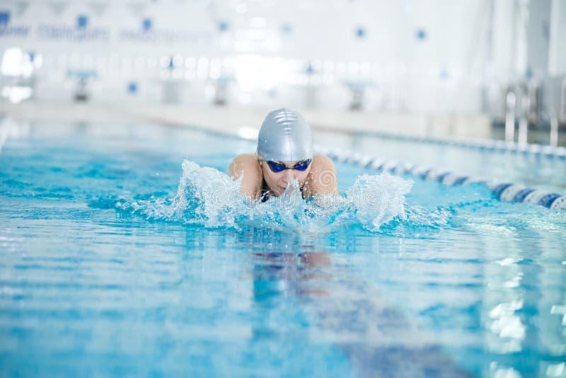 Jong meisje in beschermende brillen die schoolslagslag zwemmen royalty-vrije stock afbeelding