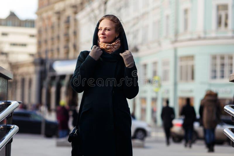 Jong meisje bij de bouw van achtergrond royalty-vrije stock foto's