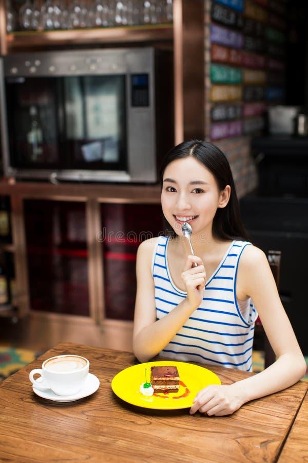 Jong meisje bij een koffie het drinken koffie royalty-vrije stock fotografie