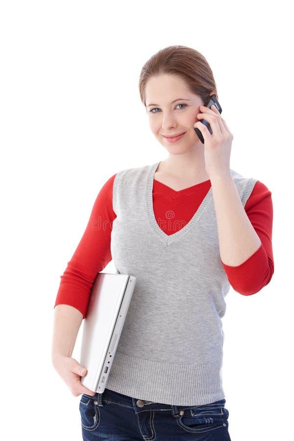 Jong meisje bij het mobiele glimlachen royalty-vrije stock afbeelding