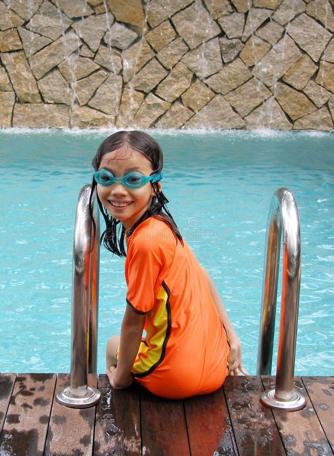 Jong meisje bij zwembad stock foto