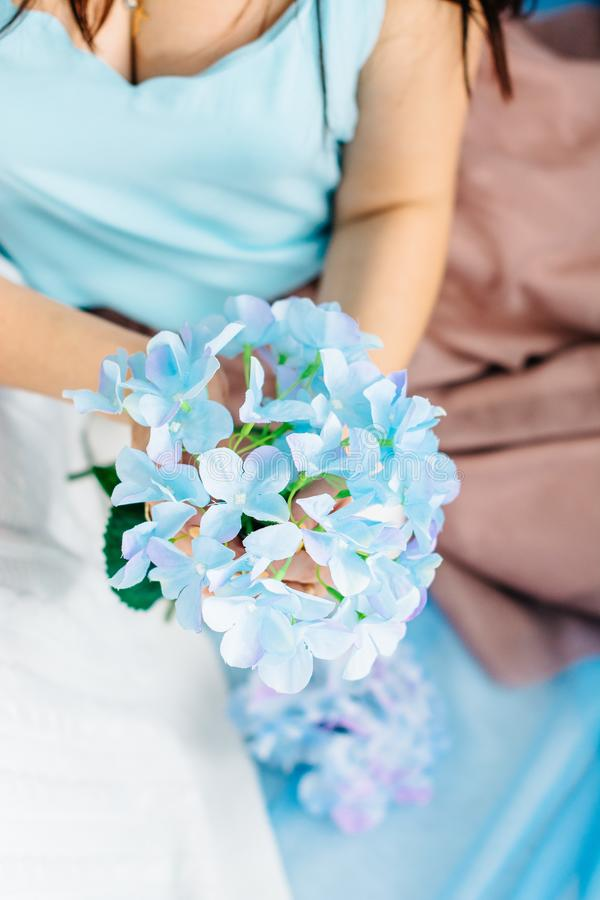 Jong meisje in blauwe kleding stock afbeelding