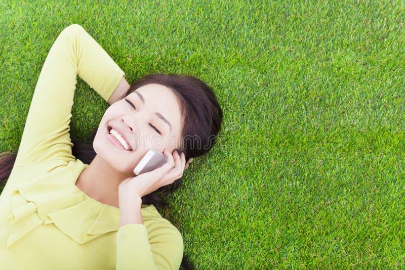 Jong meisje buiten communicatie met mobiele telefoon stock afbeelding