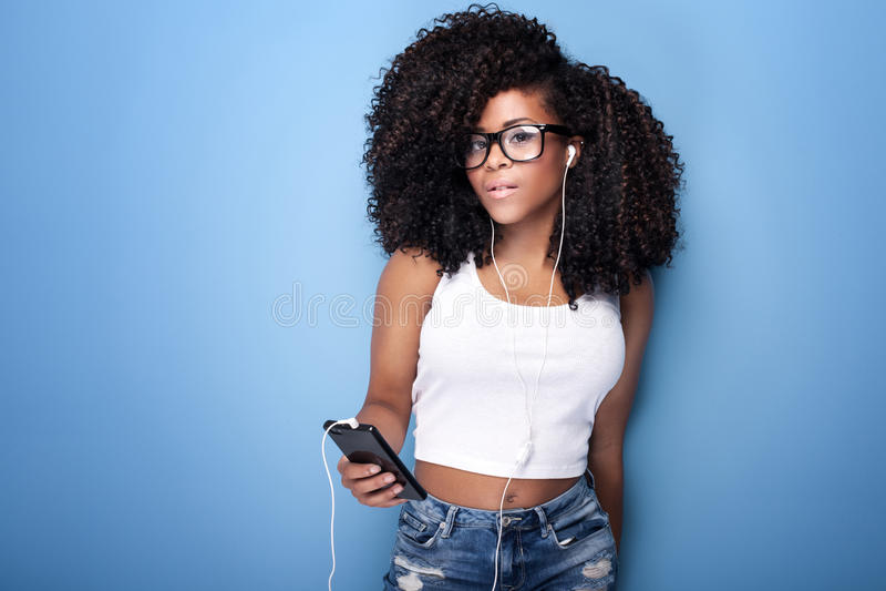 Jong Meisje dat aan Muziek luistert stock fotografie