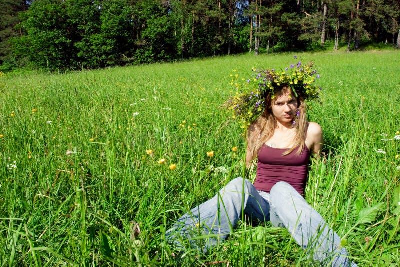 Jong meisje dat bloemkroon draagt royalty-vrije stock afbeelding
