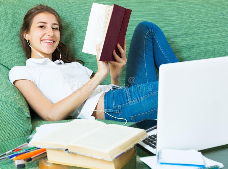 Jong Meisje dat Laptop thuis met behulp van stock afbeeldingen
