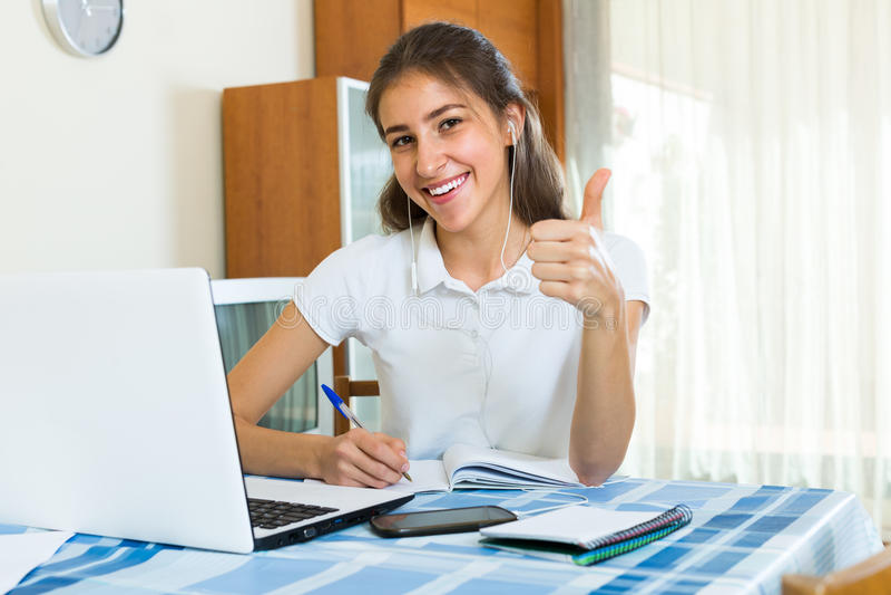 Jong Meisje dat Laptop thuis met behulp van royalty-vrije stock afbeeldingen
