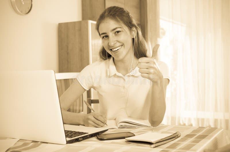 Jong Meisje dat Laptop thuis met behulp van royalty-vrije stock foto