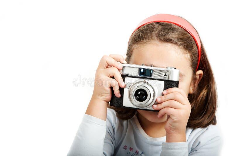 Jong meisje dat met een oude camera ontspruit royalty-vrije stock afbeeldingen
