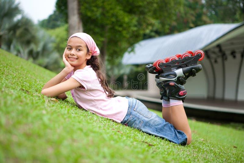 Jong meisje dat na het rollerblading rust royalty-vrije stock afbeeldingen