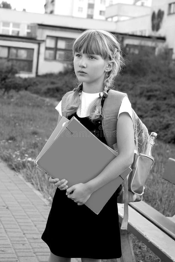 Jong meisje dat naar school-zwarte en wit beeld gaat stock foto