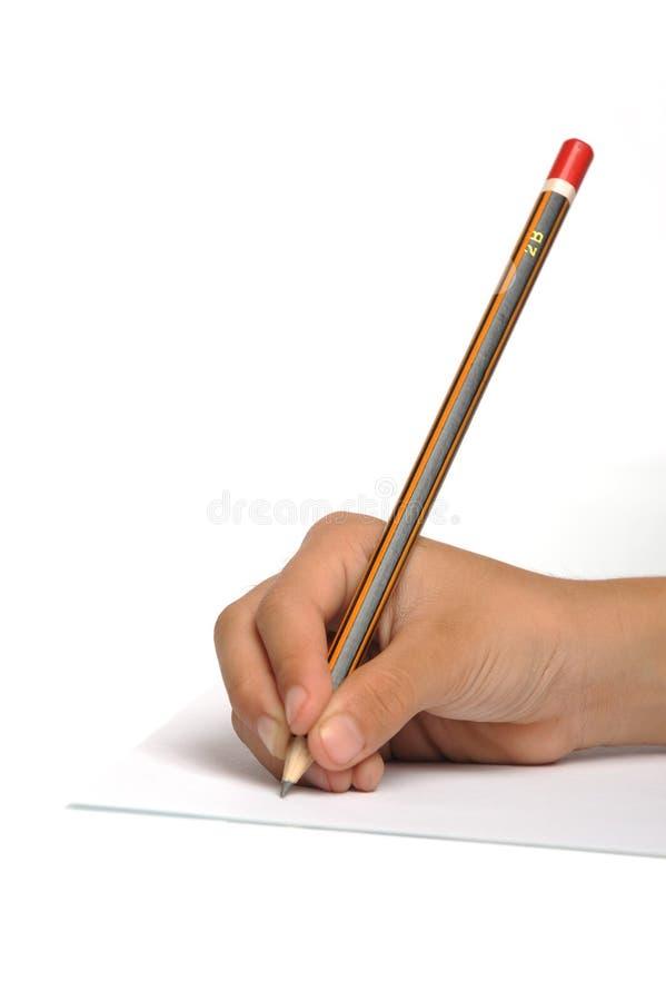 Jong meisje dat op document schrijft dat potloden gebruikt royalty-vrije stock foto