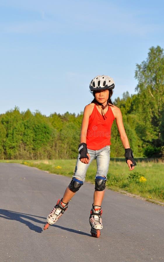 Jong meisje dat op inlines schaatst. royalty-vrije stock foto
