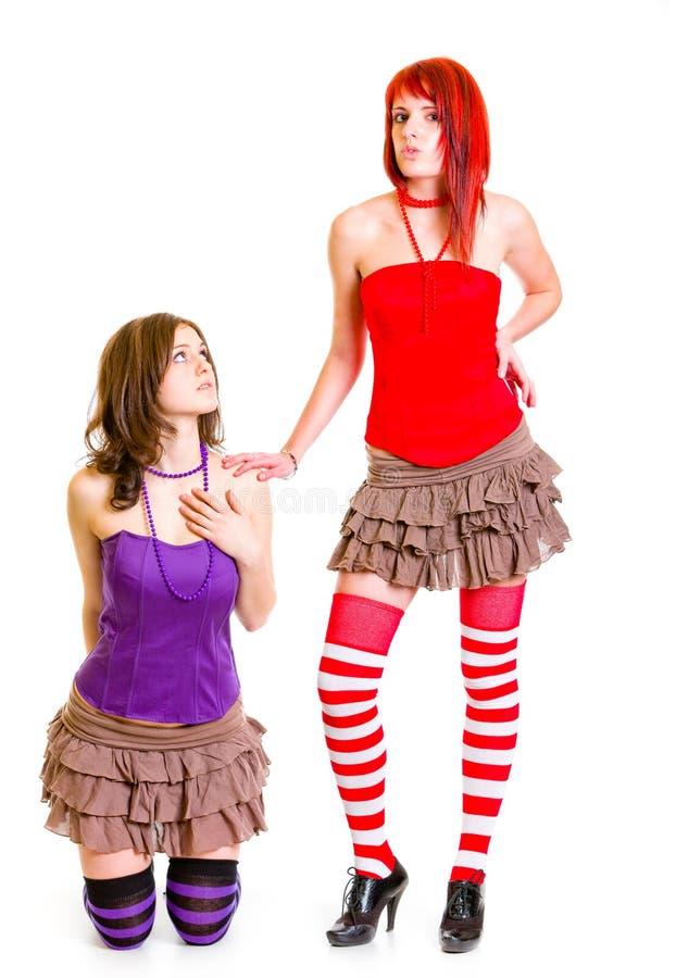 Jong meisje dat op knieën haar strikt meisje pleit stock fotografie