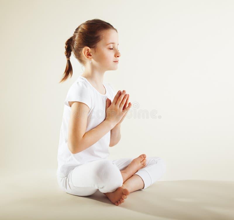 Jong meisje dat yoga doet royalty-vrije stock afbeeldingen