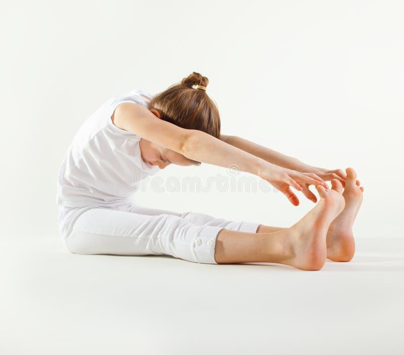 Jong meisje dat yoga doet stock foto's