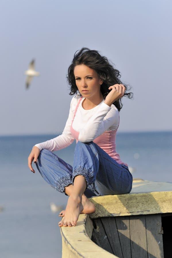 Jong meisje in de de zomertijd stock afbeelding