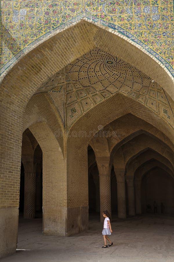 Jong Meisje in de Moskeeingang van boogvakil in Shiraz, Iran stock fotografie