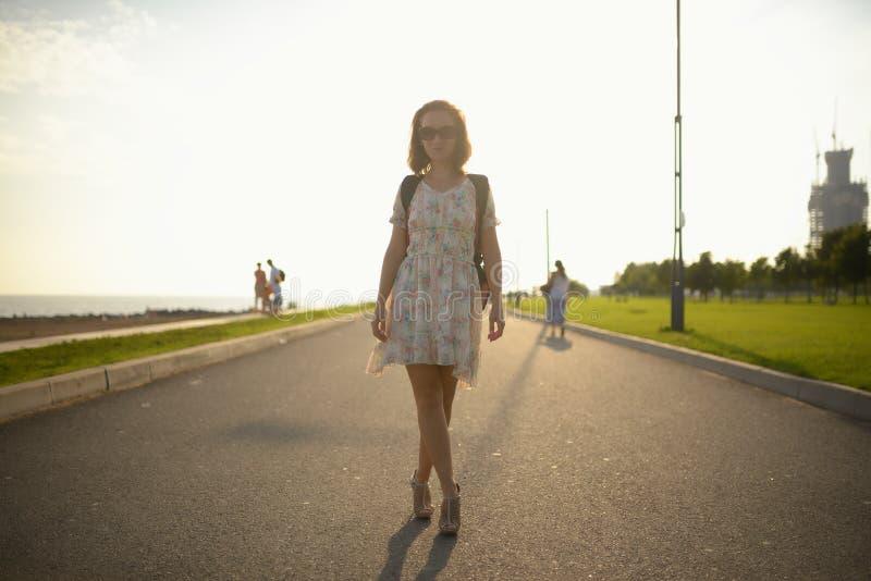 Jong meisje de reiziger in een kleding en een rugzak royalty-vrije stock foto's