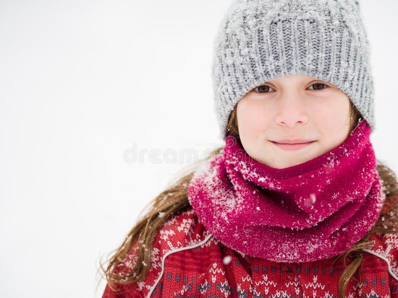 Jong meisje in de sneeuw royalty-vrije stock fotografie