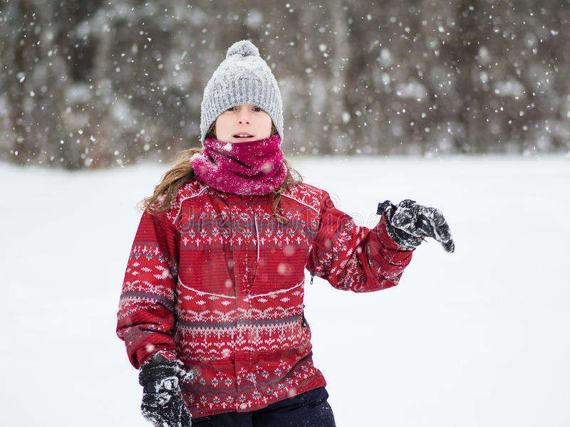 Jong meisje in de sneeuw royalty-vrije stock afbeeldingen