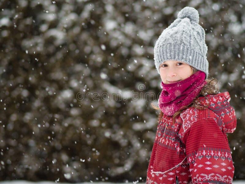 Jong meisje in de sneeuw royalty-vrije stock foto's