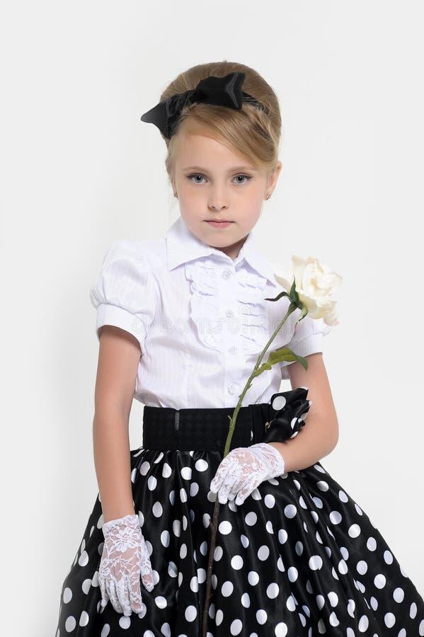 jong meisje in de studio in een rok in de retro erwten, stock afbeelding