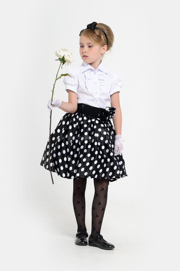 jong meisje in de studio in een rok in de retro erwten, stock fotografie
