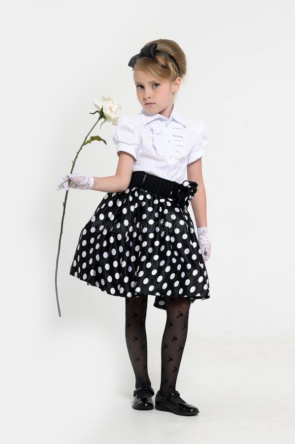 jong meisje in de studio in een rok in de retro erwten, royalty-vrije stock foto