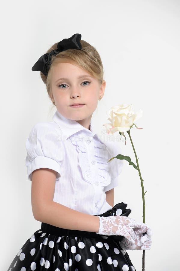 jong meisje in de studio in een rok in de retro erwten, royalty-vrije stock afbeelding