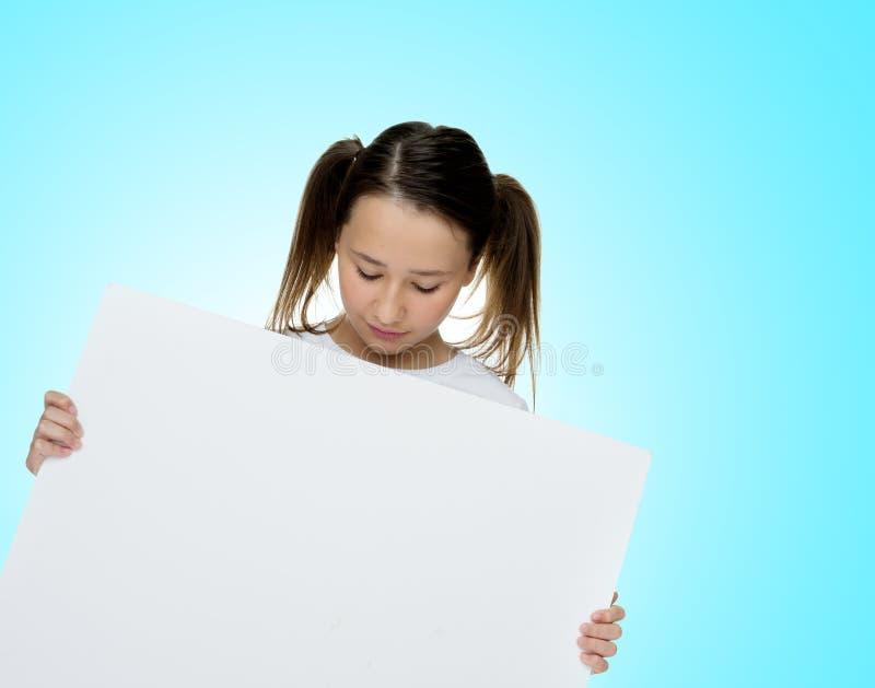In jong meisje die aan een lege kaart houden royalty-vrije stock foto's