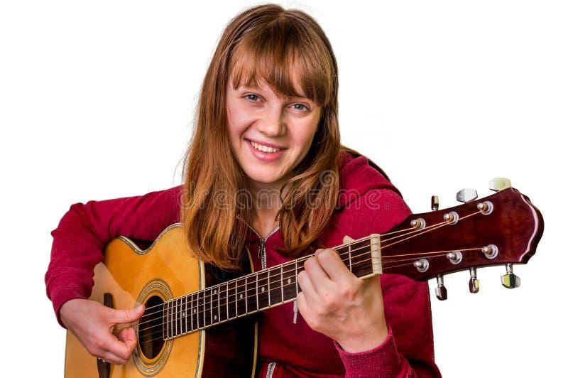 Jong meisje die akoestische die gitaar spelen - op wit wordt geïsoleerd stock afbeeldingen